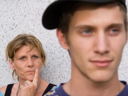 נער מתבגר ואמו מאחור (צילום: Izabela Habur, Istock)