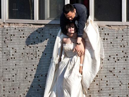 כלה סינית שניסתה להתאבד ונתןלתה עם שמלת כלה (צילום: חדשות 2)