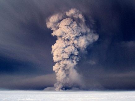 האם יהיה שוב עוצר טיסות? הר הגעש באיסלנד (צילום: AP)