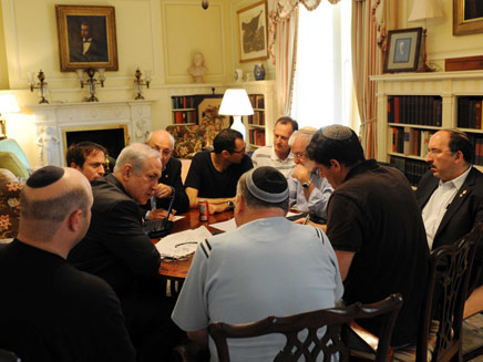 """נתניהו בפגישה עם צוותו לאחר נאום אובמה, הערב (צילום: לע""""מ)"""