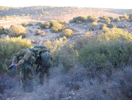 """לוחמי מגלן סוחבים לוחם (צילום: במחנה, עיתון """"במחנה"""")"""
