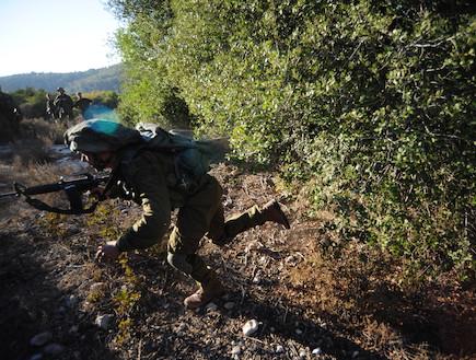 """לוחם בפעולה (צילום: במחנה, עיתון """"במחנה"""")"""