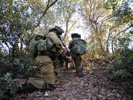 """לוחמים ביער מצב כריעה (צילום: במחנה, עיתון """"במחנה"""")"""