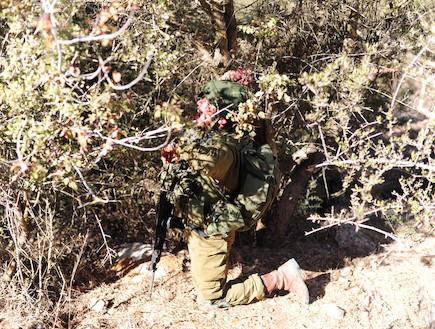 """לוחם בהסוואה  (צילום: במחנה, עיתון """"במחנה"""")"""