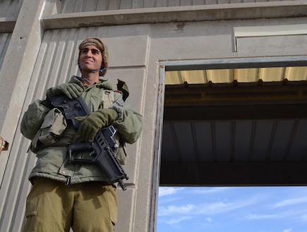 """טירון גולני שומר במטווח (צילום: אורי ברקת, עיתון """"במחנה"""")"""