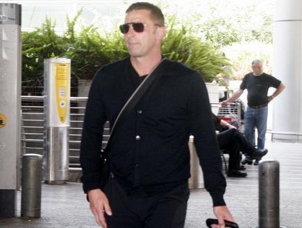 סטפן קונץ יוצא מנמל התעופה (דרור רוזנפלד) (צילום: מערכת ONE)