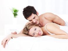 זוג מחובק במיטה (צילום: fotostorm, Istock)