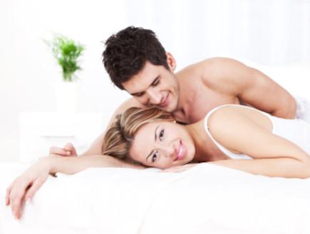 זוג מחובק במיטה