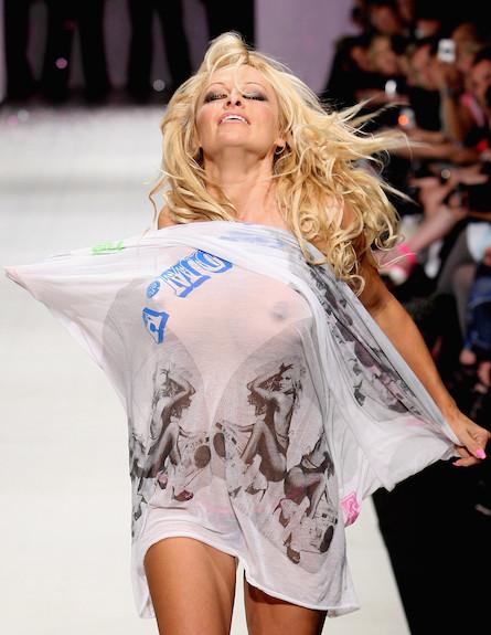 פמלה אנדרסון בתצוגת אופנה (צילום: Graham Denholm, GettyImages IL)