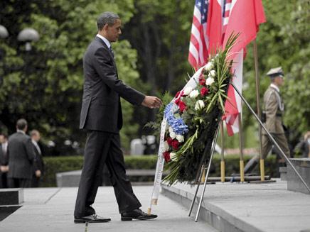 אובמה מניח זר באנדרטת גטו ורשה (צילום: Reuters)