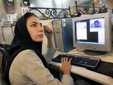 בקרוב גולשים רק בפרסית (צילום: AP)