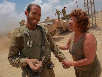 חייל עם אמא בשטח (צילום: David Silverman, GettyImages IL)