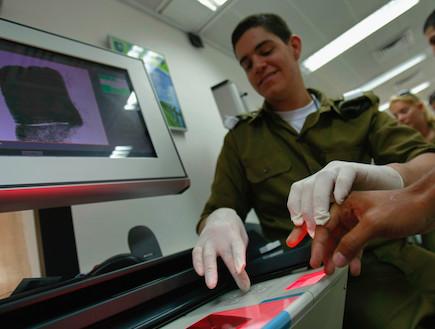 סריקת טביעת אצבע ביום הגיוס