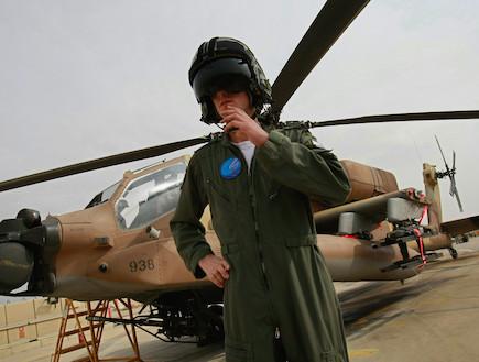 טייס חיל האוויר ברקע מסוק (צילום: David Silverman, GettyImages IL)