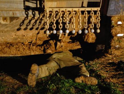 חייל מתחת לטנק