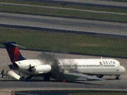 עשן עולה מהמטוס, אתמול באטלנטה (צילום: חדשות 2)