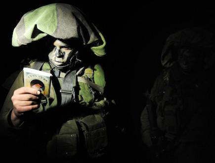 לוחם בלילה בפעילות מתפלל  (צילום: Getty Images, GettyImages IL)