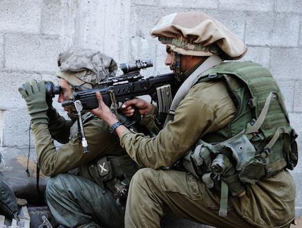 לוחם מכוון נשק לוחמה בשטח בנוי  (צילום: IDF, GettyImages IL)
