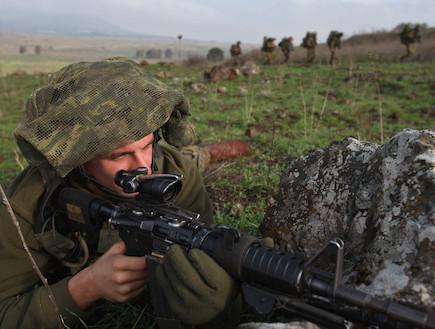 לוחם מכוון נשק בשטח  (צילום: David Silverman, GettyImages IL)