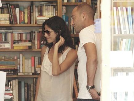 סנדי בר מתחמקת מהצלם עם בחור (צילום: ראובן שניידר)