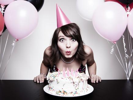 אישה חוגגת יום הולדת עם בלונים ועווגה (צילום: istockphoto)
