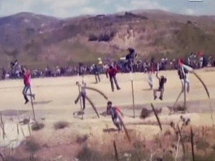 תיעוד של המפגינים הסורים שחוצים את הגבול לישראל (צילום: חדשות 2)