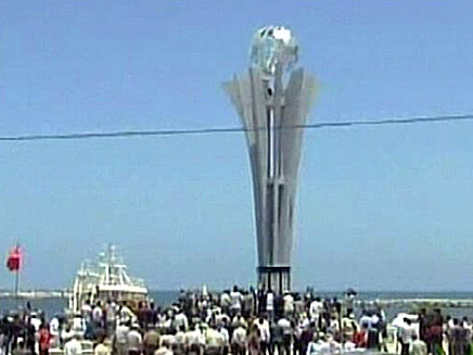 האנדרטה לזכר המרמרה בנמל עזה (צילום: חדשות 2)