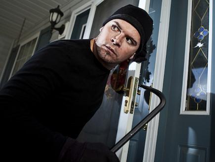 גנב פורץ לתוך בית (צילום: istockphoto)