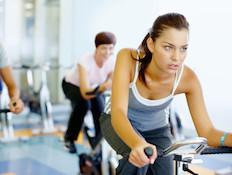 אישה רוכבת על אופני כושר