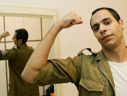 """חייל עושה שריר (צילום: עודד קרני, פז""""ם)"""