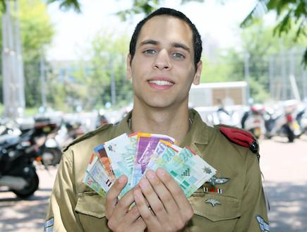 חייל צנחנים עם שטרות כסף