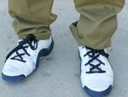 """חייל עם מדים ונעלי ספורט (צילום: עודד קרני, פז""""ם)"""