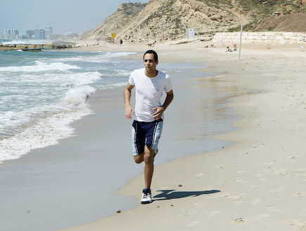 """חייל רץ בחוף הים (צילום: עודד קרני, פז""""ם)"""
