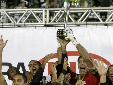 שחקני ואסקו מניפים גביע ועושים היסטוריה (רויטרס) (צילום: מערכת ONE)