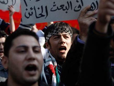 """""""זקוקים לנשק"""". הפגנות בסוריה (צילום: רויטרס)"""