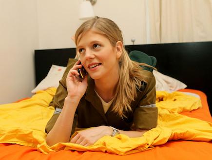 """חיילת מדברת בטלפון במיטה (צילום: עודד קרני, פז""""ם)"""