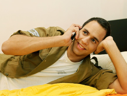 """חייל מדבר בטלפון שמח (צילום: עודד קרני, פז""""ם)"""