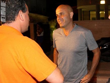 אבוקסיס לאחר החתימה על החוזה (יניב גונן) (צילום: מערכת ONE)