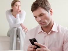גבר שולח הודעה אישה עצובה מאחור (צילום: STEFANOLUNARDI, Istock)