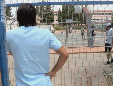 כהן מתבונן על האיזור החשוב באמת בבית הספר (צילום: מערכת ONE)
