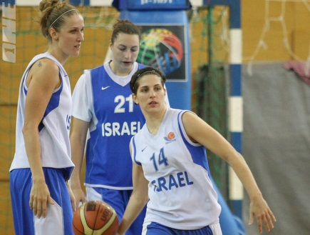 נבחרת ישראל בכדורסל נשים - אימון ומסעquot;ת. (משה חרמון) (צילום: מערכת ONE)