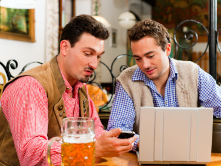 שני גברים יושבים ומסתכלים במחשב נייד (צילום: kzenon, Istock)