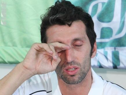"""אריק בנאדו בוכה. """"יום עצוב וקשה"""" (עמית מצפה) (צילום: מערכת ONE)"""