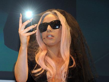 ליידי גאגא מצלמת בנייד (צילום: Ethan Miller, GettyImages IL)