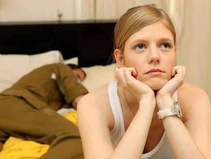"""בחורה משתעממת חבר שלה חייל ישן ברקע (צילום: עודד קרני, פז""""ם)"""