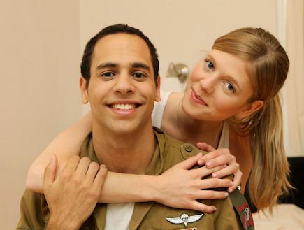 """בחורה מחבקת את חבר שלה חייל מחייכים  (צילום: עודד קרני, פז""""ם)"""