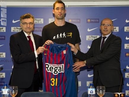 אידסון מקבל את החולצה החדשה (האתר של ברצלונה) (צילום: מערכת ONE)