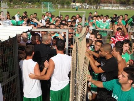 אוהדי מכבי חיפה פורצים לדשא ולא מאפשרים לשחקנים לצאת (עמית מצפה) (צילום: מערכת ONE)