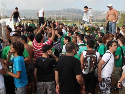 אוהדי מכבי חיפה פורצים לדשא עוד לפני השחקנים (עמית מצפה) (צילום: מערכת ONE)