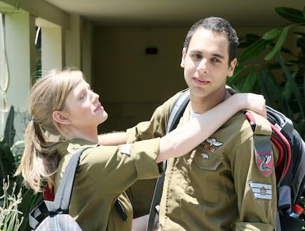 """זוג חיילים חיילת מחבקת חייל (צילום: עודד קרני, פז""""ם)"""